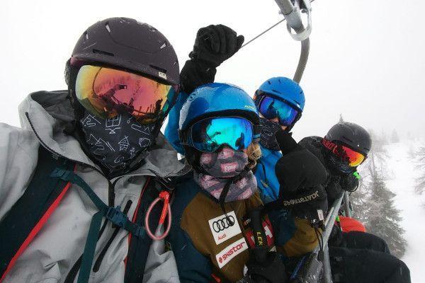Veilig in de skilift met FPP2 masker.