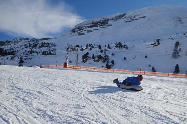 Skileraar laat zien hoe je moet airboarden