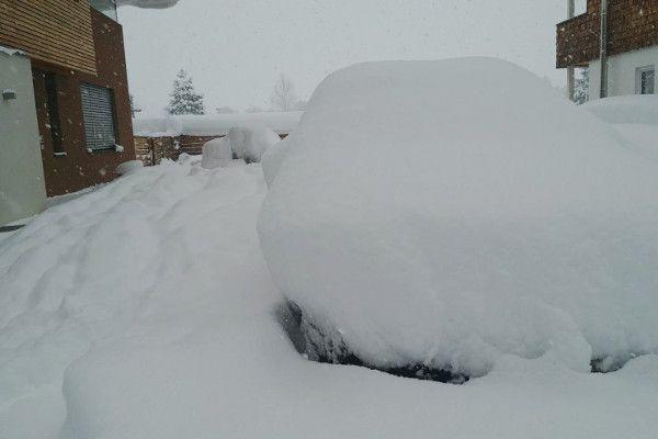Ingesneeuwde auto - auto onder de sneeuw