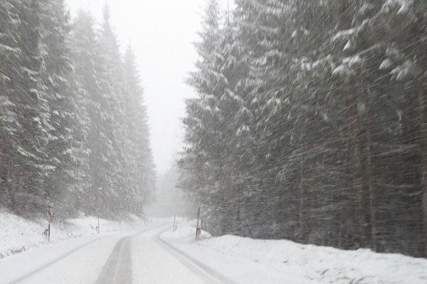 sneeuw op de weg naar zauchensee