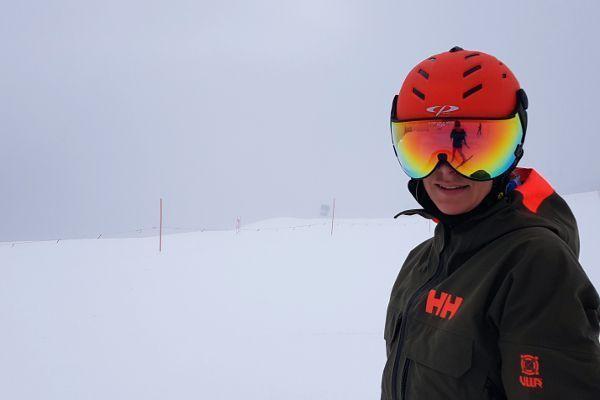 dame met beste skihelm op de piste