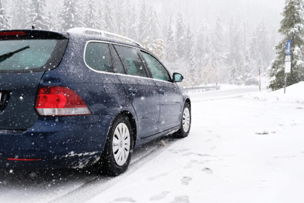 beste winterbanden - auto in de sneeuw