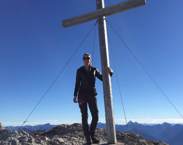 wintersporter beklimt bergtop