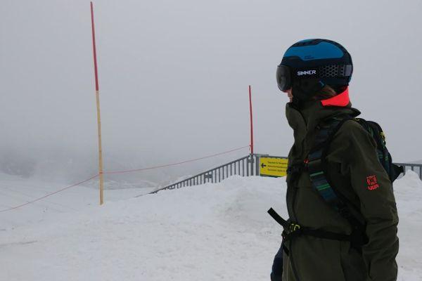 dame in hardshell ski jas op de piste om te skien