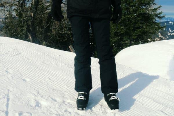 dame in zwarte skibroek op de piste