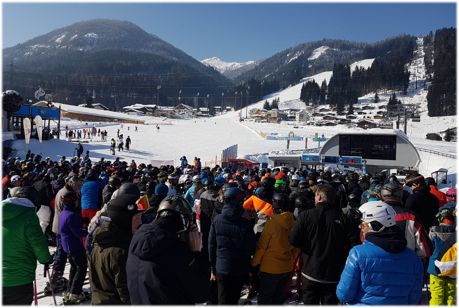 Drukte bij de skilift in Flachau
