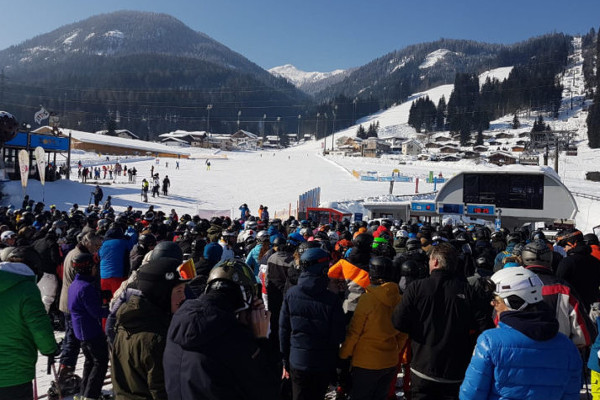 druk wachtrij bij de skilift in Flachau