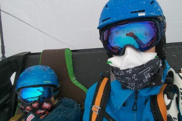 Voor volwassenen is het dragen van een FFP2 masker in de skilift verplicht.