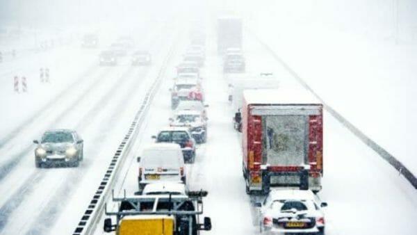 File ontwijken op de route naar de wintersport