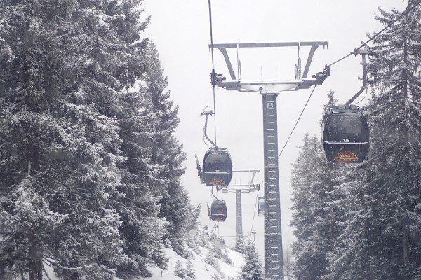 Gondel in Tirol bij sneeuwval