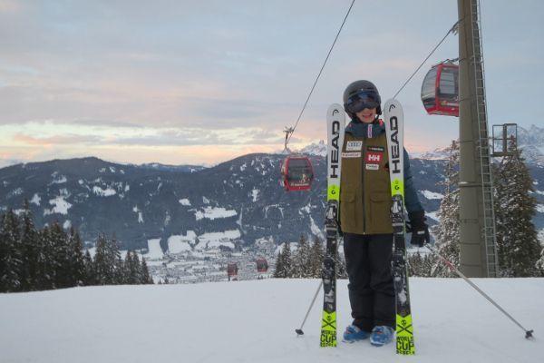 jongen met ski uit verhuur