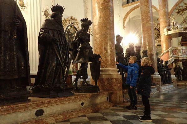 Stedentrip Innsbruck: een bezoek aan de Hofkirche is de moeite waard.