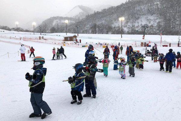 Wintersport bij kuntslicht in Japan.