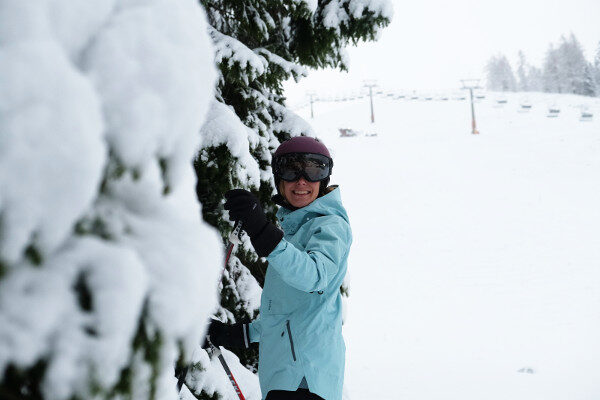 Vizier skihelm bomen en verse sneeuw - blij