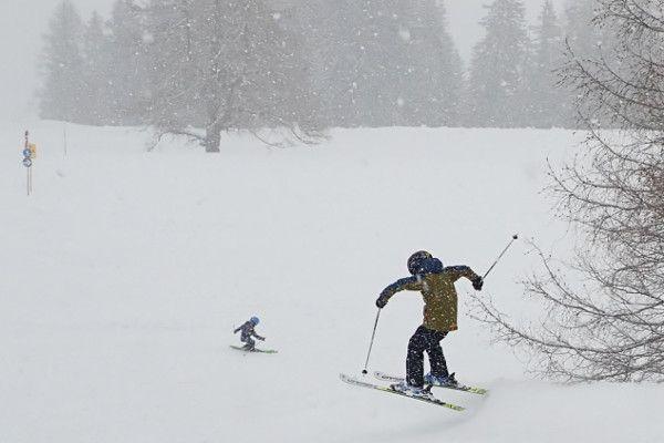 De beste oefening voor kinderen door de losse sneeuw skien