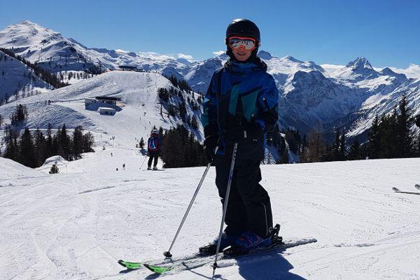 kind op piste met skihandschoenen aan