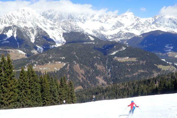 Witte bergtoppen en een groen dal in Filzmoos.
