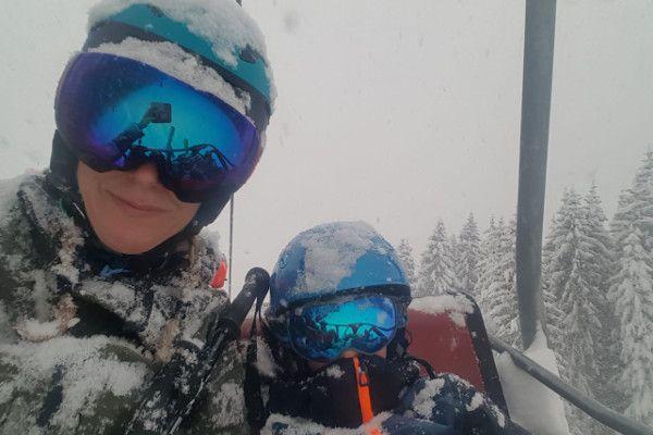 warm in de skilift onder de sneeuw
