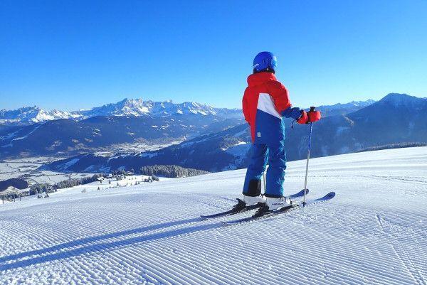 De reima skikleding heeft opvallende kleuren. Zon eerste op piste corduroy