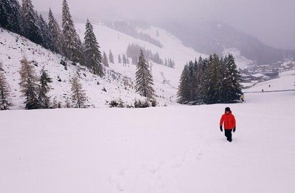 kind wandelt in de sneeuw