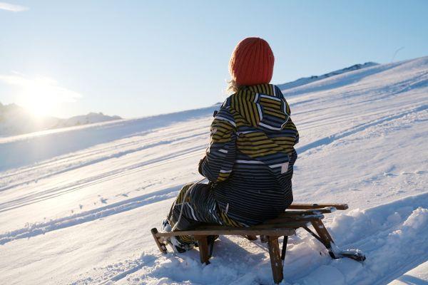 kind op sneeuwschoenen