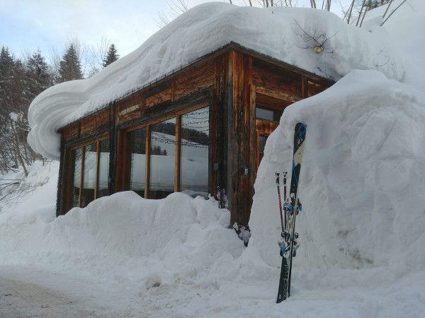 Veel sneeuw bij het skidepot in Saalbach