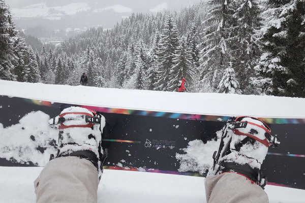 sneeuw en snowboard in saalbach