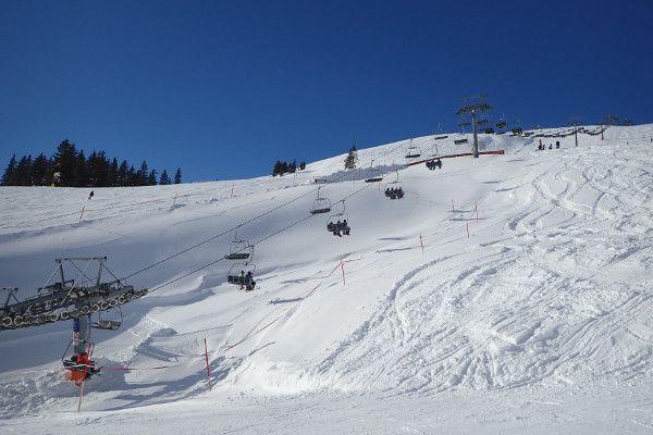 Zonnige berg en skilift in Saalbach