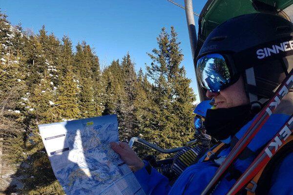 Pisteplan in skilift. Waarheen