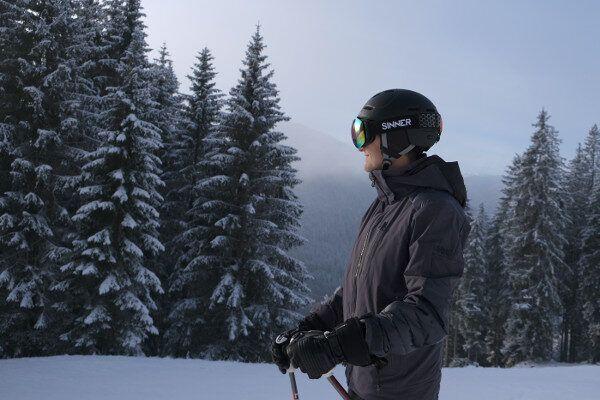 Sinner skihelm en skibril bij mistig weer. Gekleurede lens