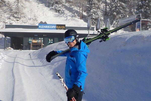 Skibril en skihelm bij de skilift: blauwe lens