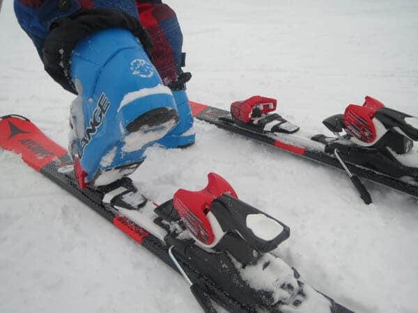Ski aandoen, sneeuw onder skischoen