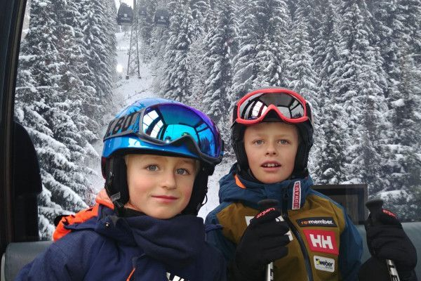 Daan en Nolan in de Gondel met Helly Hansen Jas