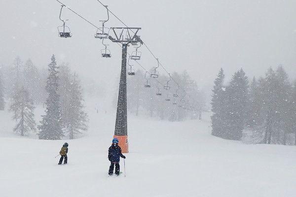 Het sneeuwt, skien onder de lift in Zauchensee