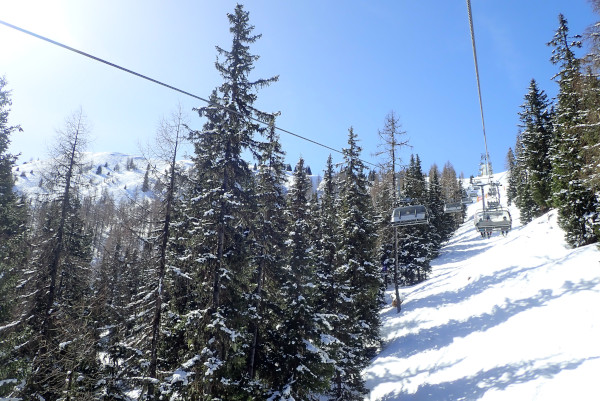 stoeltjeslift hauser Kaibling, zon en sneeuw op de bergen