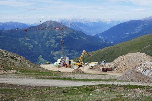 Hijskraan, bouw werkzaamheden aan de nieuwe lift in Fiss