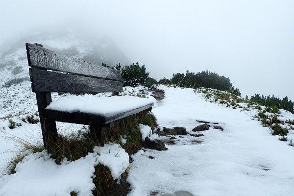 Verse sneeuw op een bankje in Wagrain