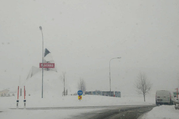 Sneeuw op de rotonde in Flachau