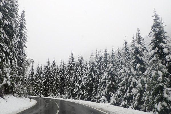 Sneeuw langs de weg winter straat