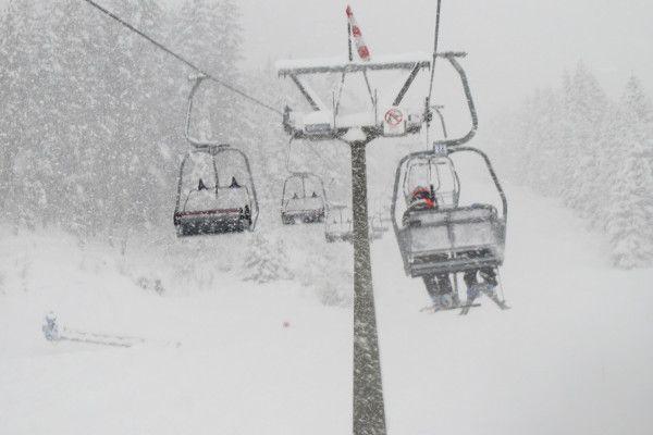 sneeuw in de stoeltjeslift