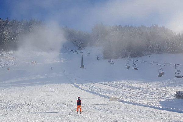 Sneeuwkanonnen staan aan in Eben.