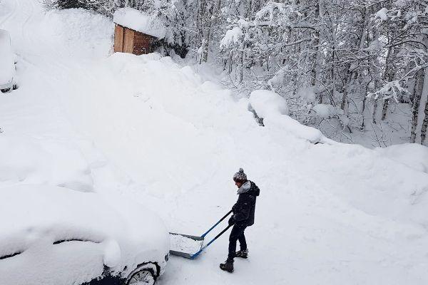 Met plezier sneeuwscheppen in Eben im Pongau.