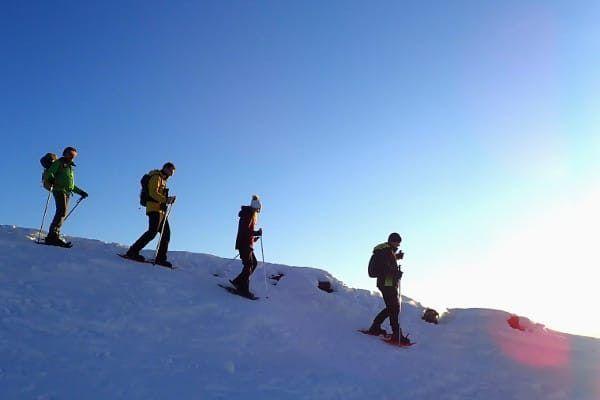 sneeuwschoenwandelen bij zonsondergang