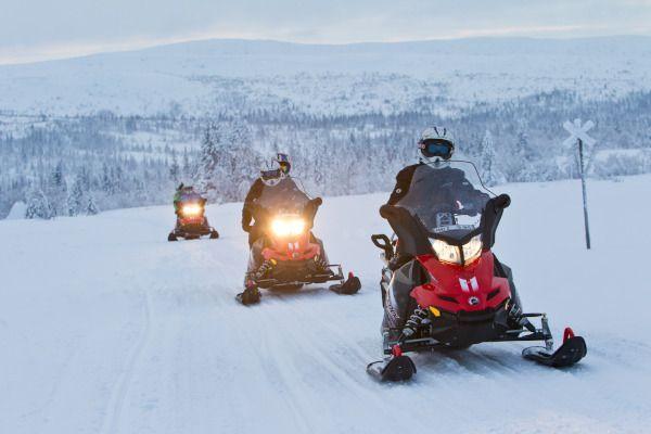 met de sneeuwscooter door skigebied zweden