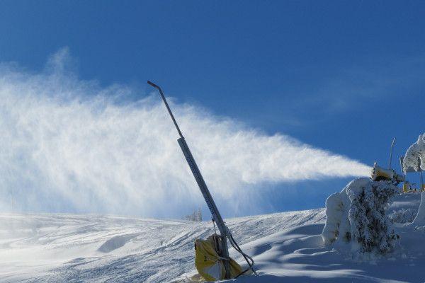 sneeuwzeker oostenrijk - sneeuwkanon in skigebied