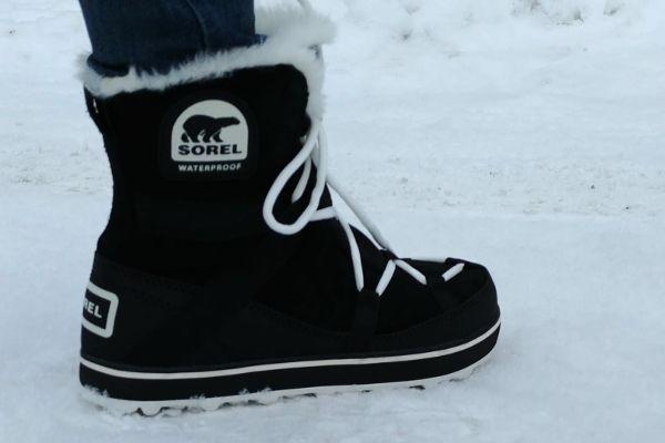 dame met snowboots in de sneeuw