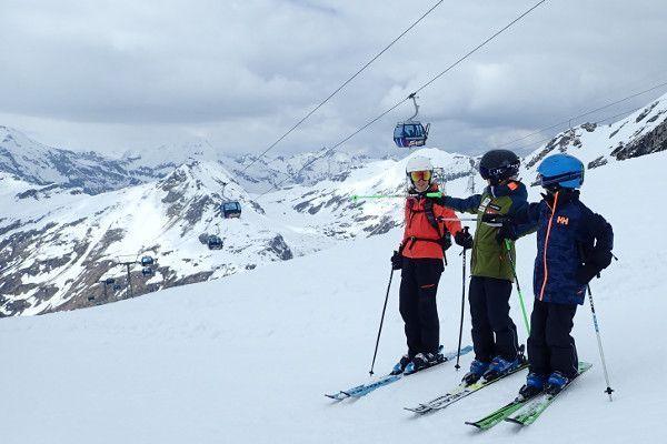 Kinderen wijzen de weg.. in skigebied Sportgastein