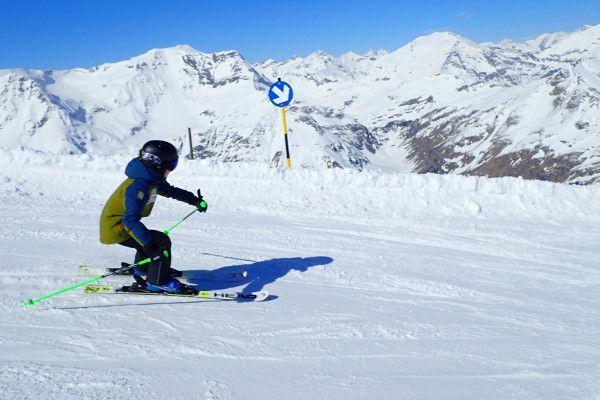 Daan skiet op de blauwe piste in Sportgastein in de zon.