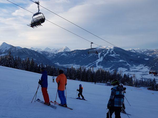 volwassen ski met rugbeschermer op de piste