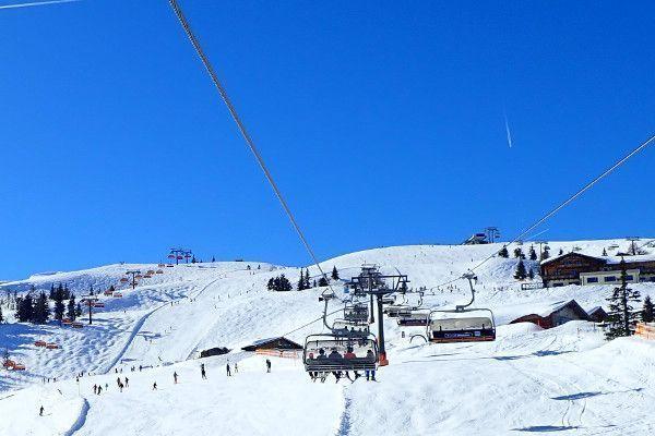 Ski piste in Flachau met blauwe lucht